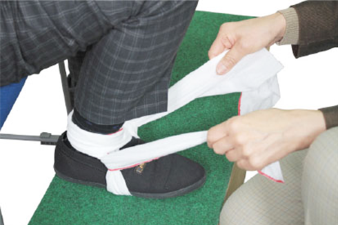三角巾を使った足首の固定
